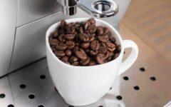 Kaffemaskin_på_jobb_hvit_kaffekopp_med_kaffebønner_kaffemaskin